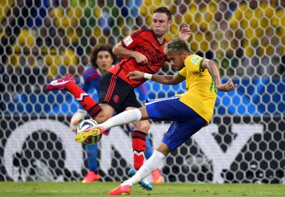 Neymar chuta a gol para o Brasil.