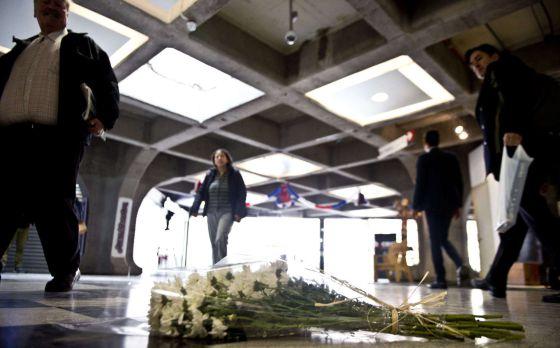 Um buquê de flores marca o lugar da explosão.