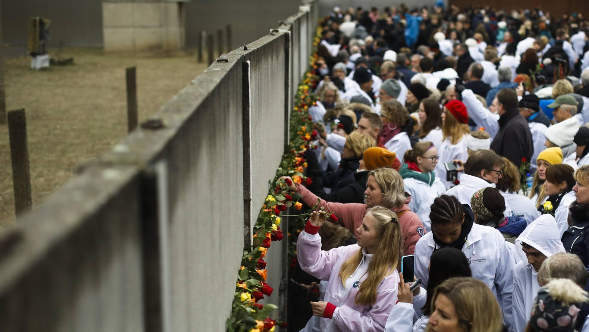 Una multitud coloca flores en el Memorial del Muro, este sábado.