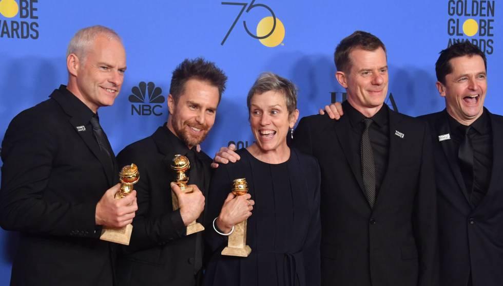 Da esq. para a dire.: Martin McDonagh, Sam Rockwell, Frances McDormand, Graham Broadbent e Peter Czernin, vencedores do Globo de Ouro com 'Três Anúncios Para Um Crime'.