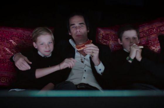 Nick Cave com seus dois filhos no documentário '20.000 Dias na Terra'. Arthur é o da esquerda.