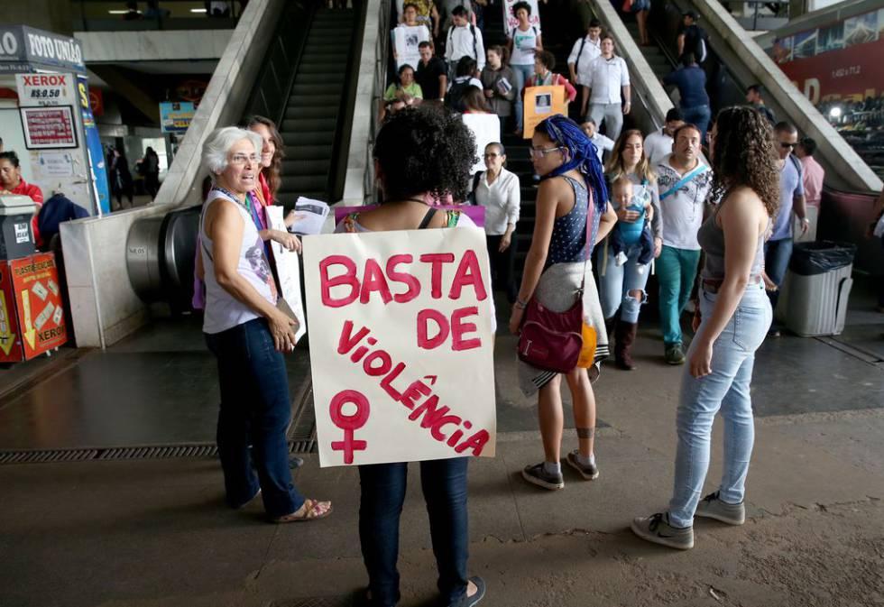 Mulheres fazem ato na rodoviária do Plano Piloto para denunciar o feminicídio no Distrito Federal.