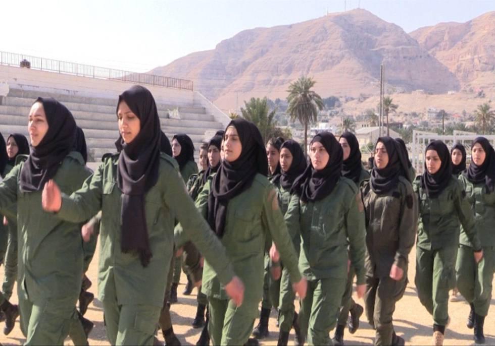 Mulheres palestinas recebem formação na academia de polícia.