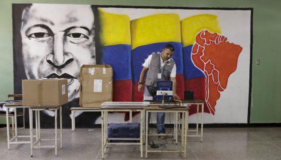 A instalação de máquinas para a votação.