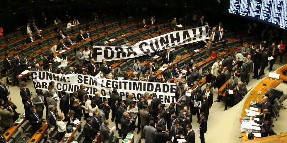 Deputados estendem faixa contra Cunha na Câmara.