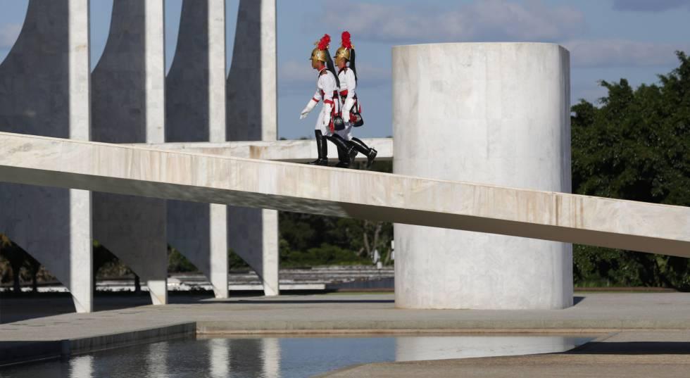 Soldados sobem a rampa do Planalto.