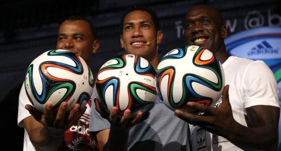 Cafu, Vidal de Souza e Seedorf apresentam a bola.