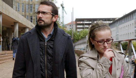 Antonio Lago e Estela Ordoñez, os pais de Andrea, na saída de um tribunal de Santiago.
