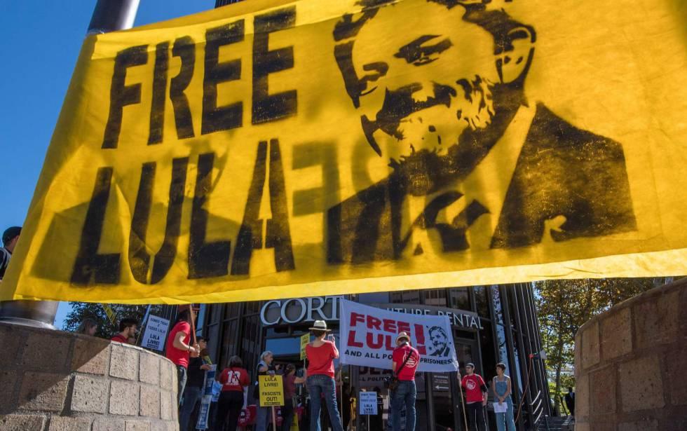 Membros do 'Comitê Internacional Lula Livre' protestam em frente ao consulado brasileiro em Beverly Hills, na Califórnia.