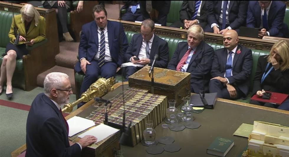 Boris Johnson ouve a intervenção de Jeremy Corbyn, nesta terça-feira no Parlamento Britânico.