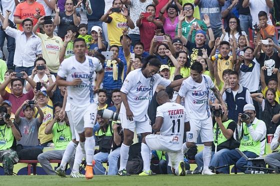 Ronaldinho comemora um gol no Estádio Azteca, no México.