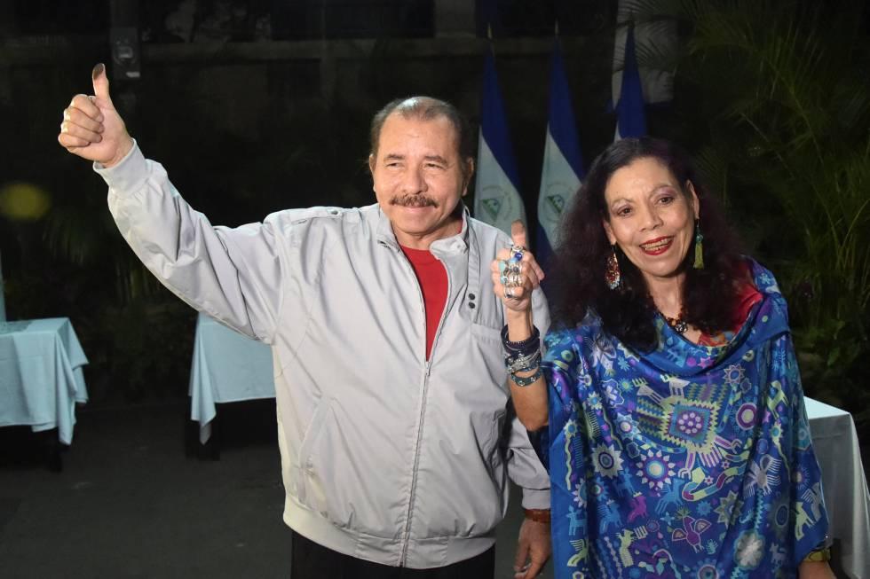 Ortega e Murillo, durante as eleições deste domingo na Nicarágua.