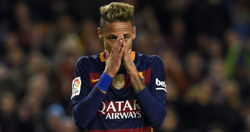 Neymar perdeu pênalti ontem contra o Valencia.