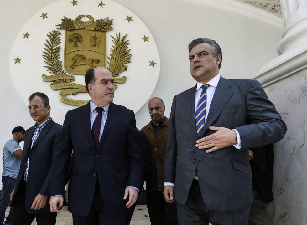 O embaixador espanhol na Venezuela, Jesús Silva (direita), com o presidente da Assembleia Nacional, Julio Borges.