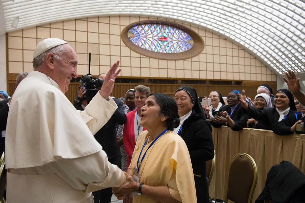 O Papa em sua reunião nesta quinta com as madres superioras.