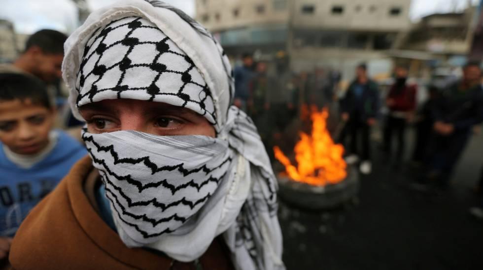 Manifestantes palestinos queimam bandeiras de Israel e dos EUA nesta quarta-feira em Gaza