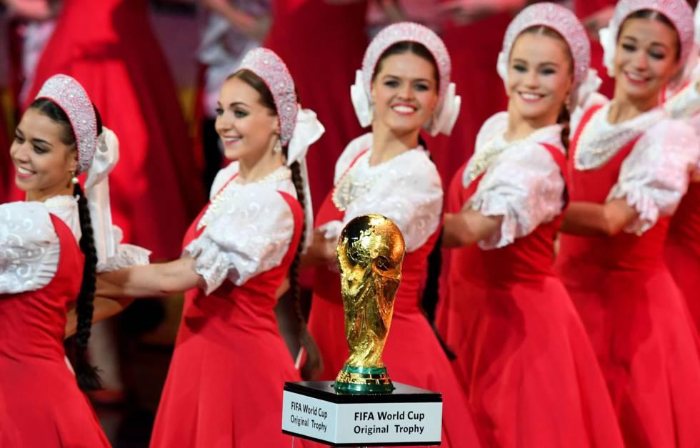 Dançarinas da companhia de balé Igor Moiseyev Ballet se apresentam antes do sorteio dos grupos da Copa do Mundo Rússia 2018, no Palácio do Kremlin, em Moscou.