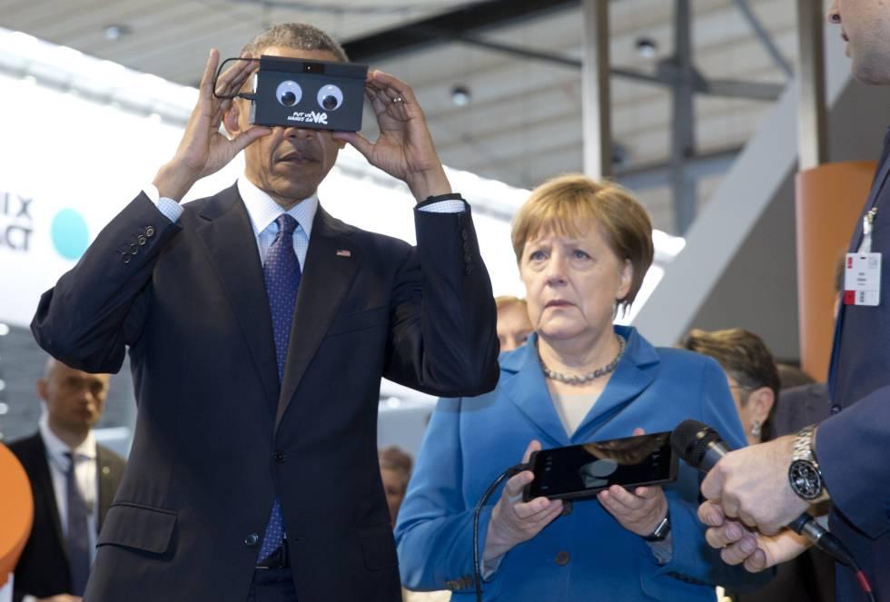 Barack Obama testa um gadget na presença de Angela Merkel durante sua visita a Hannover.