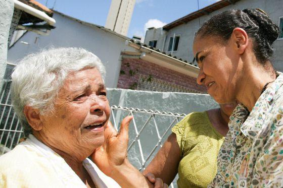 Marina cumprimenta uma eleitora em Recife, no dia 17.