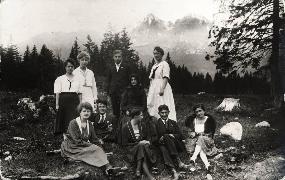 Franz Kafka, sentado à direita com convidados.