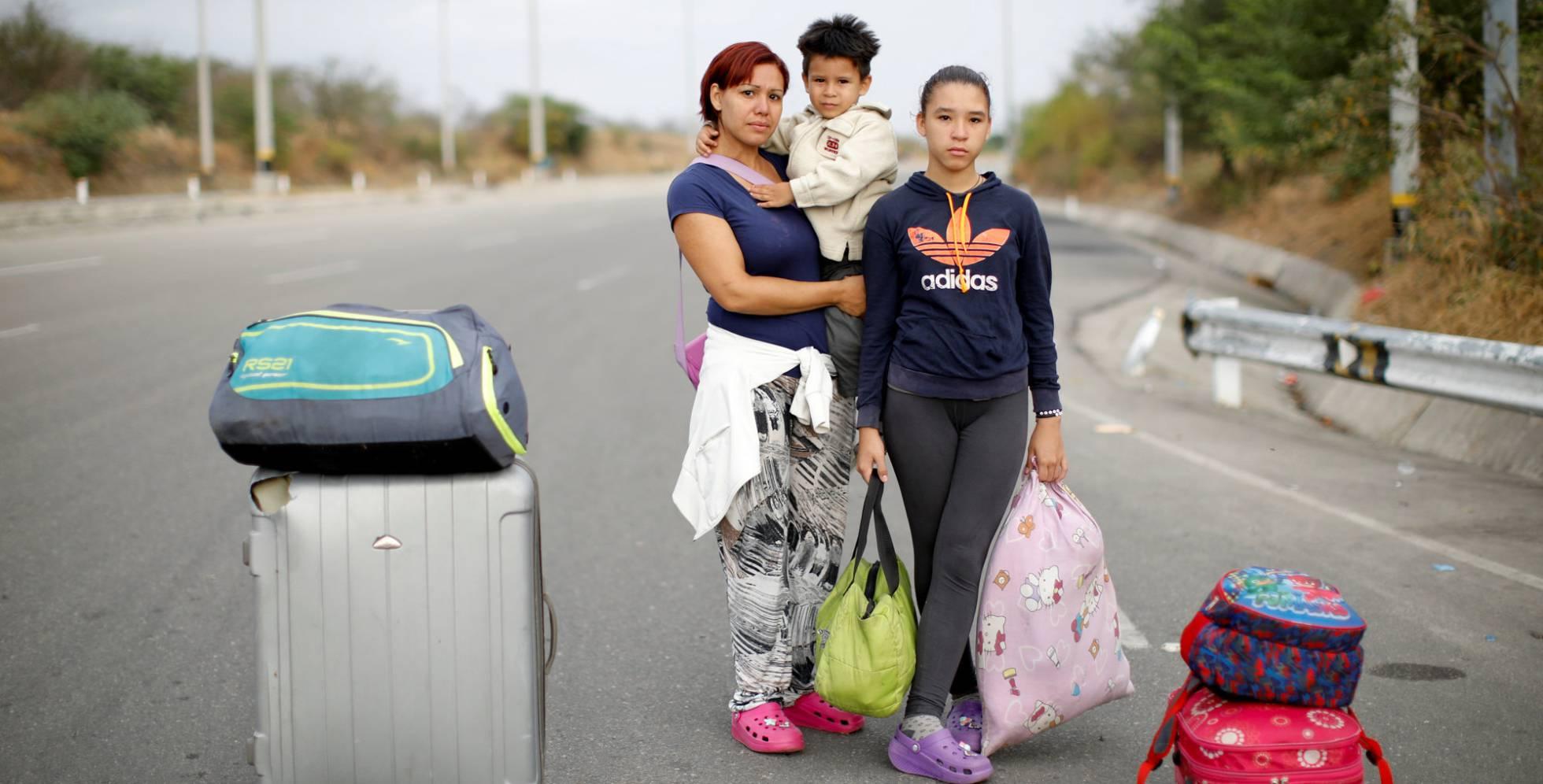 Arlene Gerder, junto a sus hijos tras pasar el control fronterizo en Tumbes (Perú).