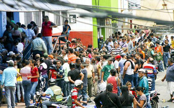 Fila para poder comprar produtos em San Cristóbal.
