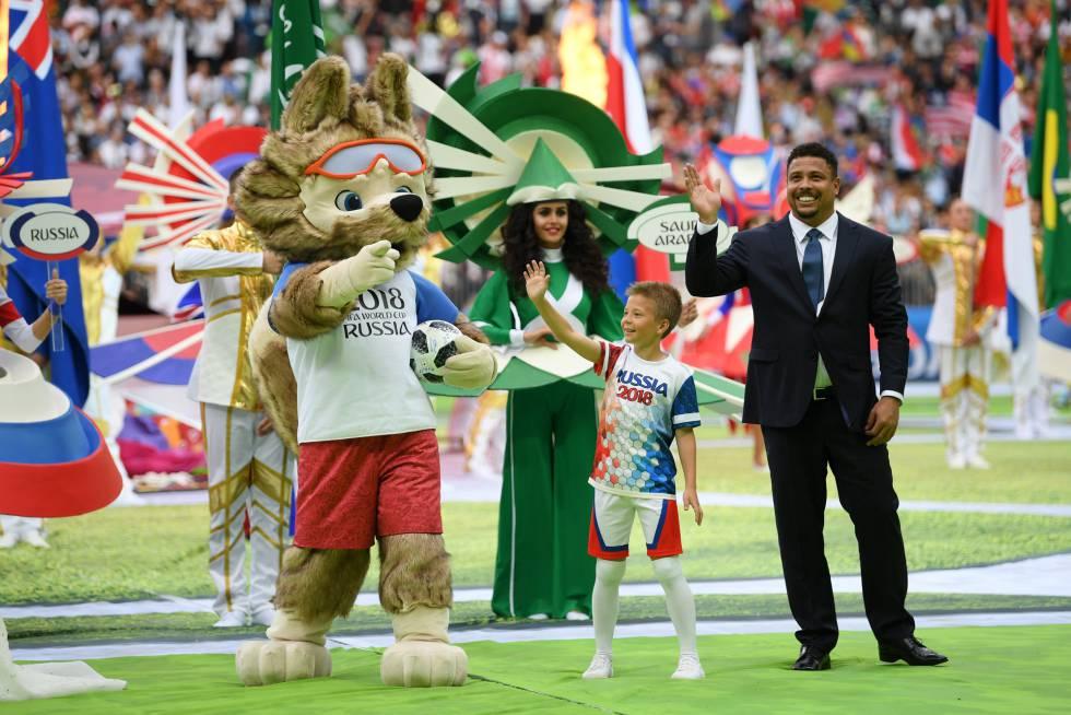 Ronaldo com o mascote da Copa, o lobo Zabivaka.