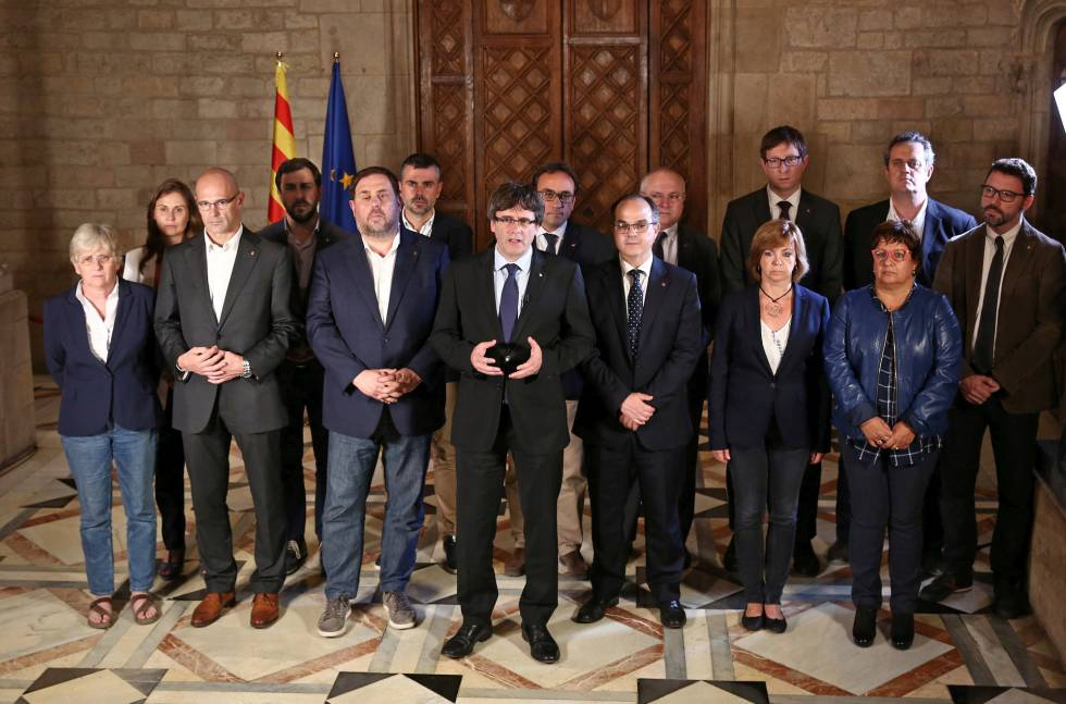 Puigdemont, no centro, e sua equipe de Governo antes da votação.