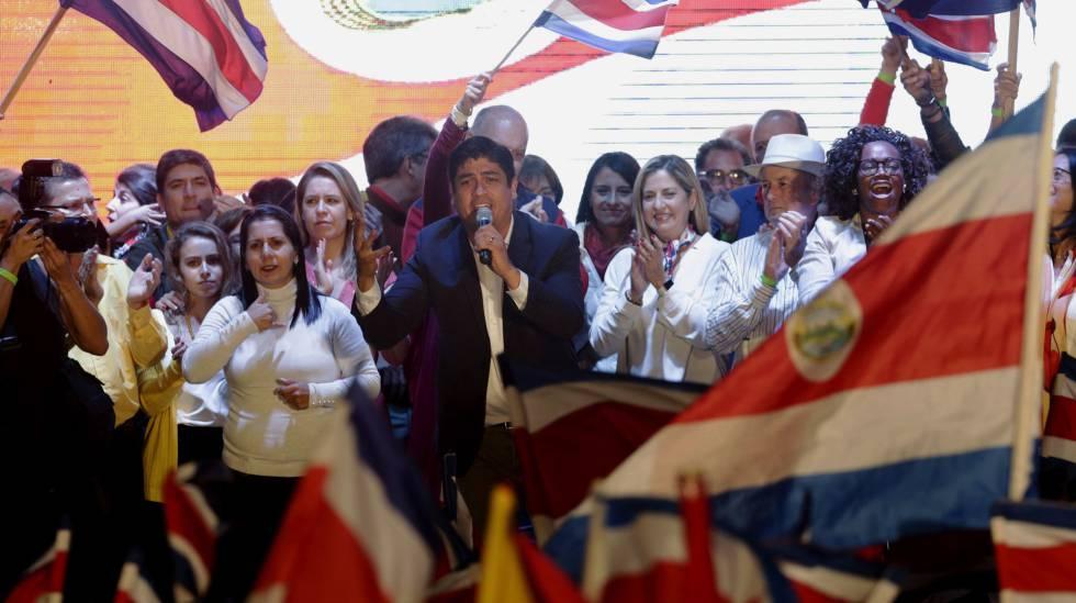 Carlos Alvarado comemora a vitória na eleição