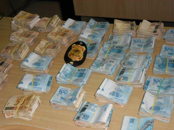 Parte do dinheiro apreendido pela polícia em Santos, durante operação contra tráfico internacional.