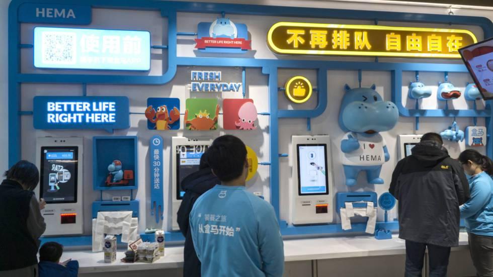 Nas lojas Hema tudo é feito com o celular, incluindo o pagamento da conta