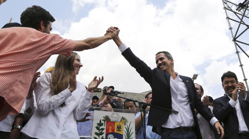 Juan Guaidó chega a uma concentração em Caracas, nesta segunda-feira.