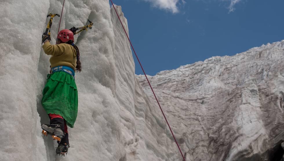 Dora Magueño Machaca treinando uma das facetas mais difíceis do alpinismo: a escalada no gelo
