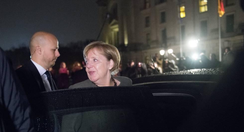 Merkel deixa o local das negociações, na madrugada desta sexta-feira