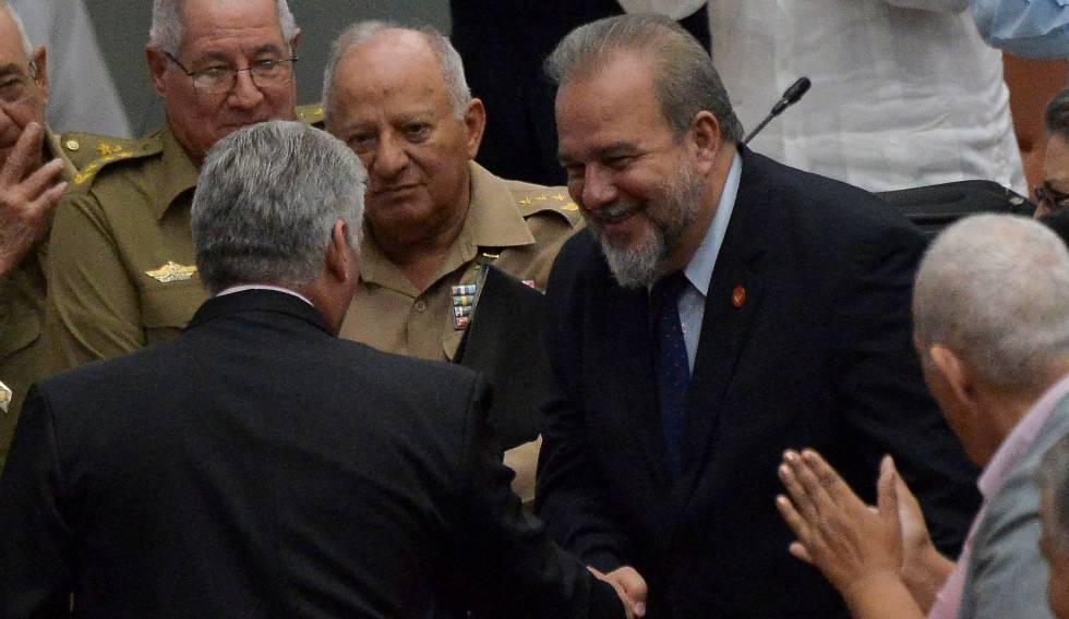 O primeiro-ministro de Cuba, Manuel Marrero, cumprimenta o presidente do país, Miguel Díaz-Canel (de costas), neste sábado.