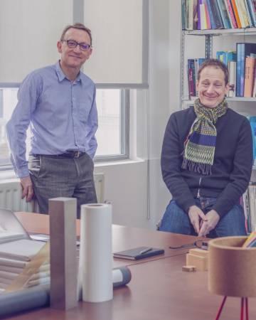 Peter St John (à esquerda) e Adam Caruso em seu escritório