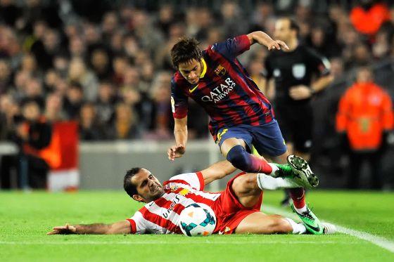 Verza marca um ataque de Neymar.