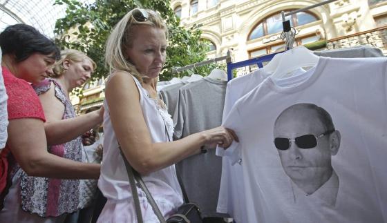 Uma mulher em Moscou observa uma camiseta com a fotografia do presidente russo.