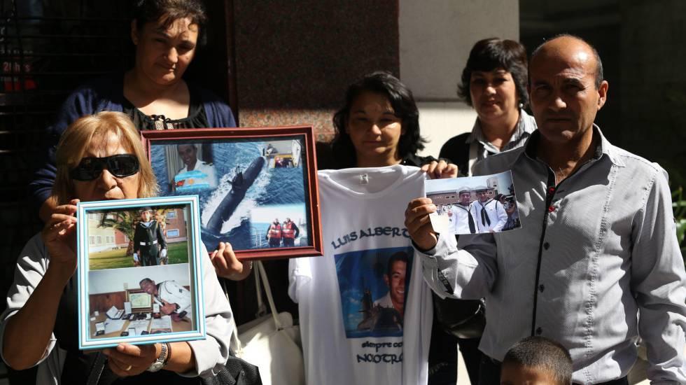 Familiares da tripulação do ARA San Juan seguram fotos dos desaparecidos em frente à embaixada da Rússia em Buenos Aires