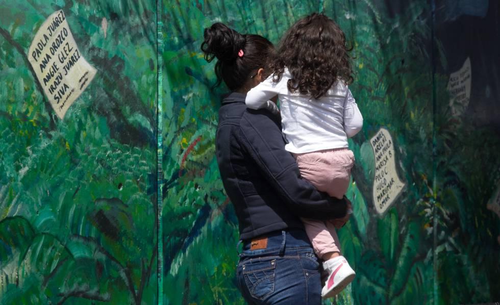 Uma mãe com a filha, no México.
