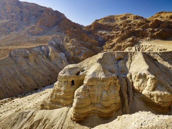Nas cavernas de Qumrán, perto do Mar Morto, apareceram diversos manuscritos de enorme valor histórico.