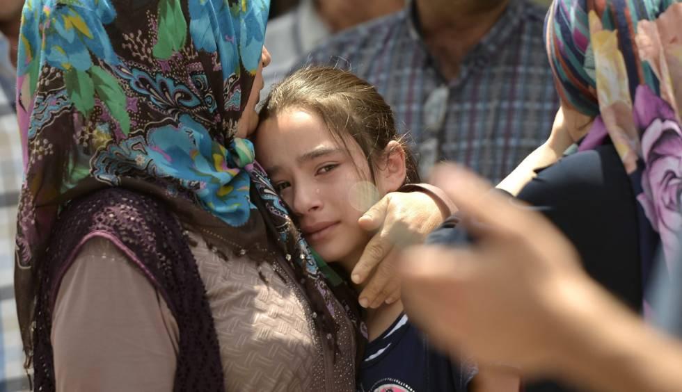 Familiares choram ao identificar vítimas do ataque.