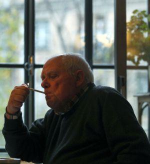 António Lobo Antunes acende um cigarro na sala de sua casa de Lisboa, durante a entrevista.