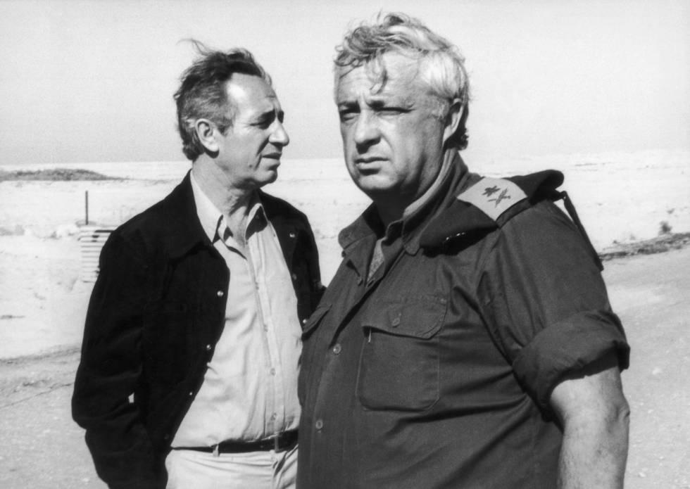Simón Peres (esquerda) e Ariel Sharon visitam o Egito em 1975.
