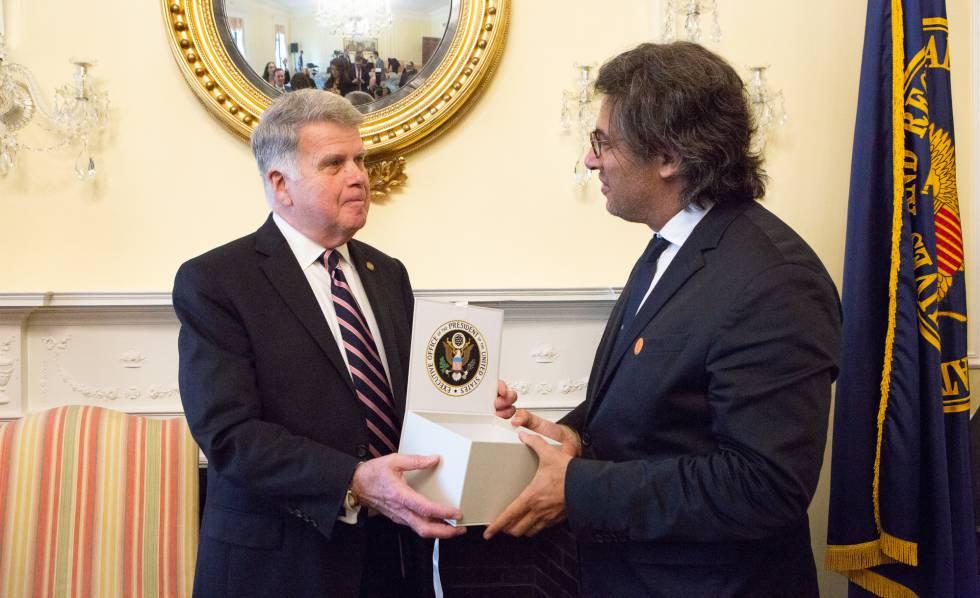 O chefe dos Arquivos Nacionais de Washington, David Ferreiro, entrega a caixa com documentos livres de sigilo ao ministro argentino de Justiça, Germán Garavano, durante um ato realizado em Washington.