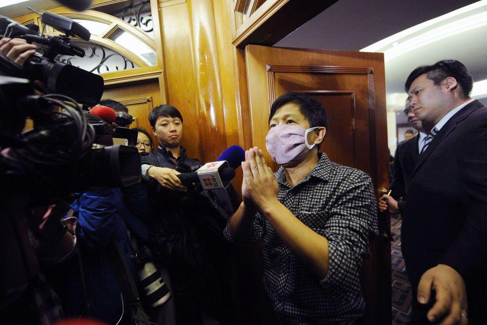 Os meios de comunicação se aglomeram na porta da sala de espera onde se encontram os parentes dos passageiros do voo MH370, à espera de receber alguma notícia sobre o paradeiro do avião desaparecido.