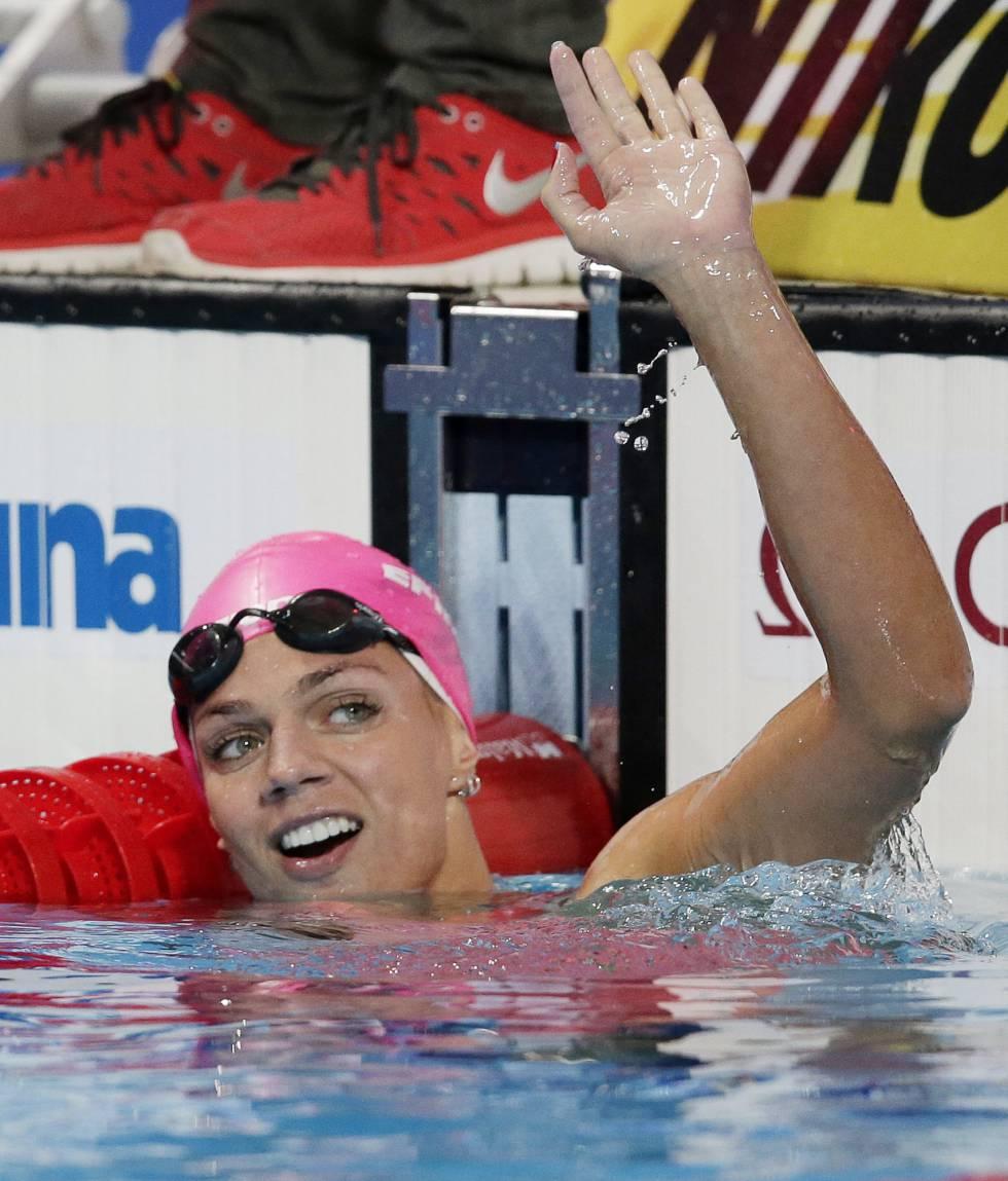 Yulia Efimova após ganhar a prova dos 100 m costas no Mundial de Kazan, em 2015.