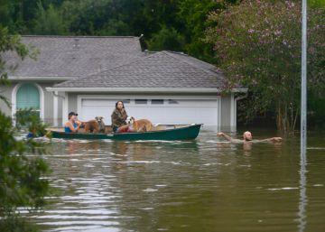 Tempestade deixou pelo menos seis mortos. A água chega aos telhados em algumas áreas e a previsão é que continue durante dias