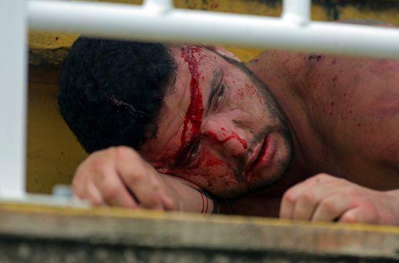 Um ferido em briga entre torcidas de futebol. / AFP PHOTO/HEULER ANDREY