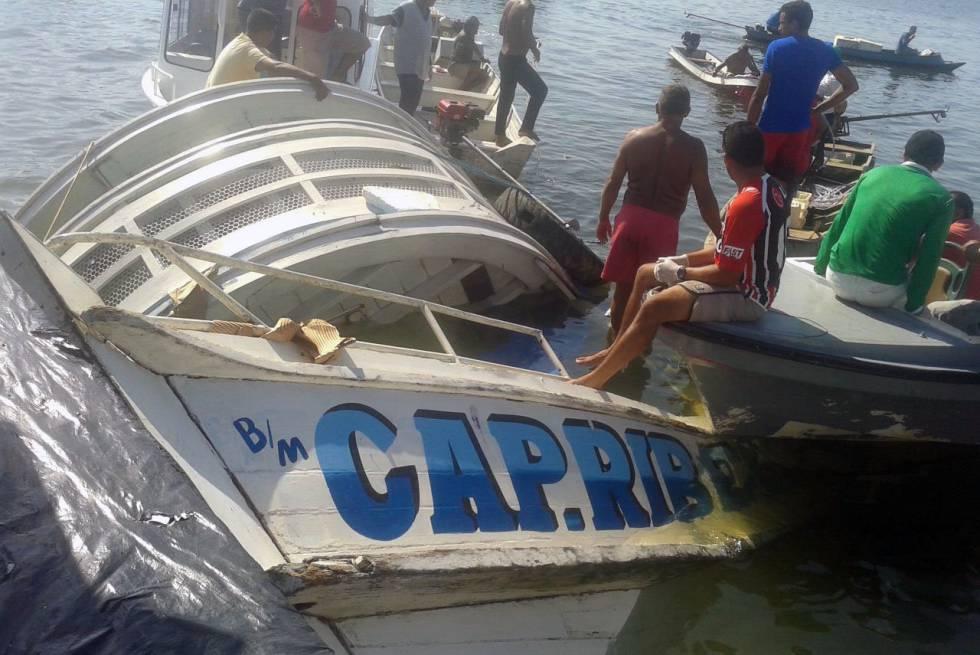 Trabalho de resgate da embarcação que afundou no Pará.